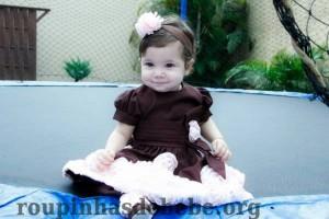 vestido marrom com rosa marrom de flores aplicadas em cetim