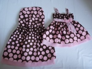 vestido marrom com rosa mae e filha