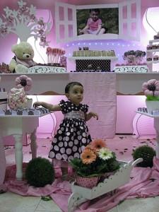 Giovanna em sua festa marrom e rosa