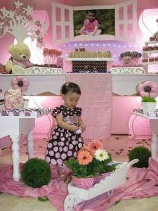 Giovanninha na festa marrom e rosa infantil
