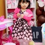 vestido marrom e rosa com casaco