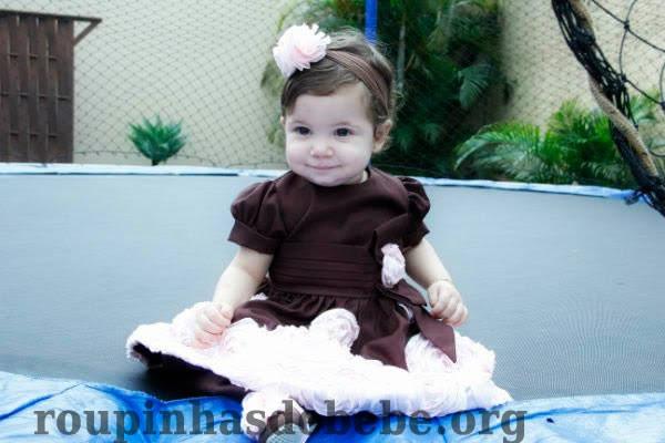 vestido marrom e rosa com flores