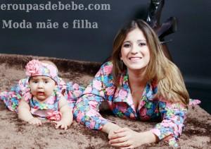 Moda mãe e filha florais