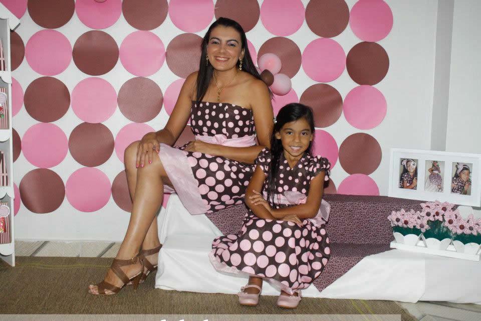 vestido marrom e rosa mae e filha