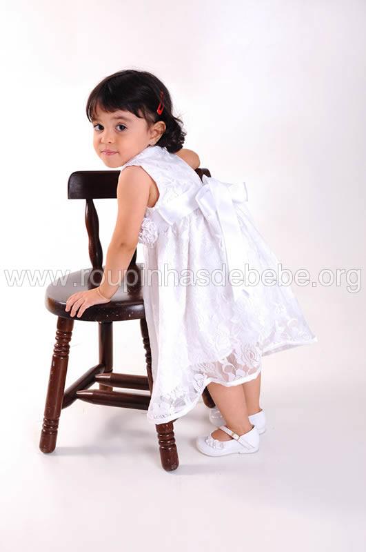 vestido branco de renda infantil
