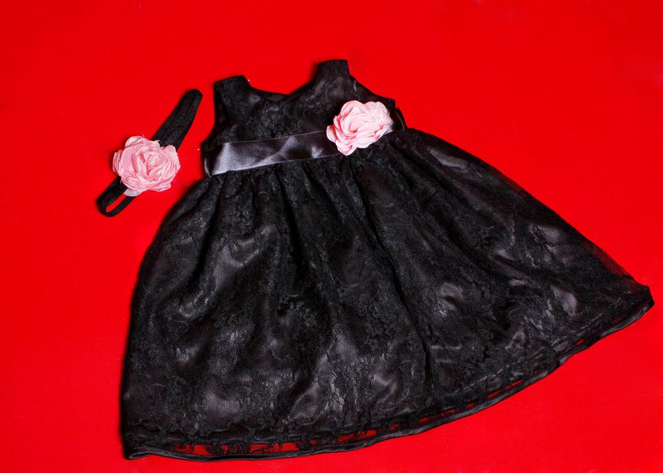 vestido de renda preto com faixa de cabelo