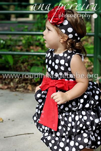 vestido preto de bolinhas brancas