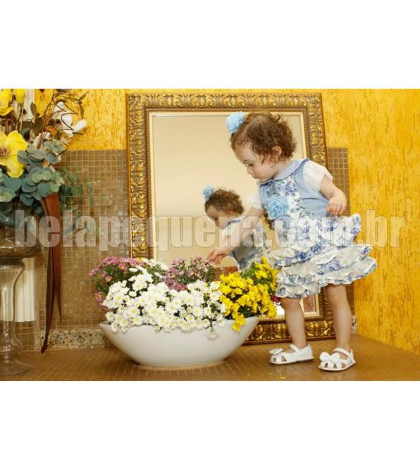 Conjunto de jardineira floral infantil com camisa azul