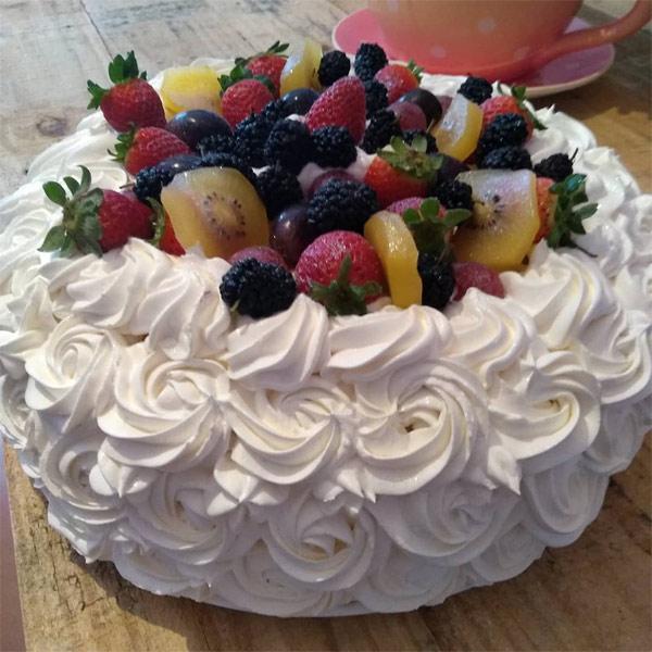 Bolo decorado com frutas